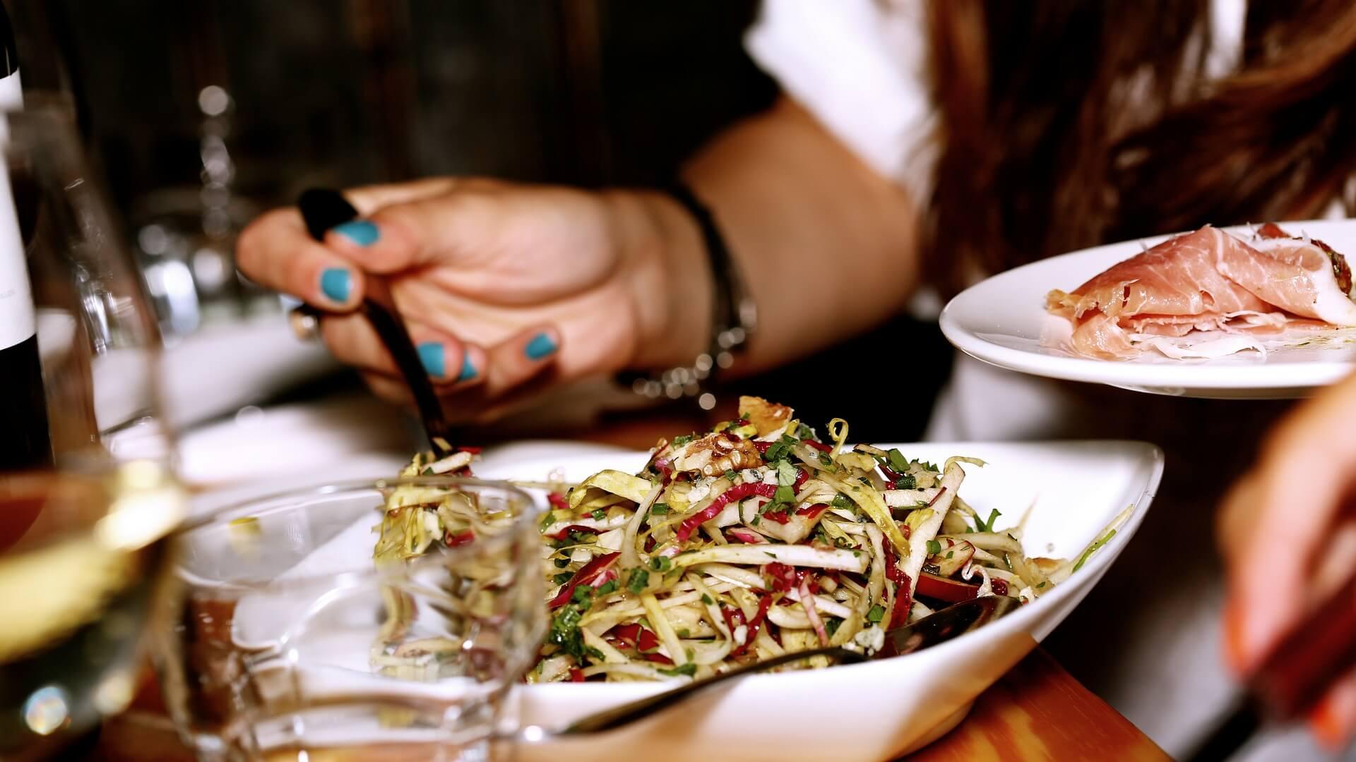 Een salade? Lekker! Lunchen met vriendinnen is altijd leuk
